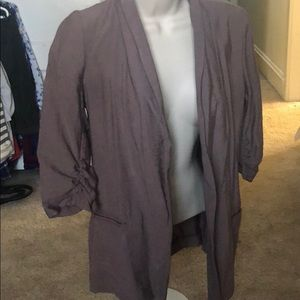 Lightweight 3/4 sleeve blazer with cinched sleeves